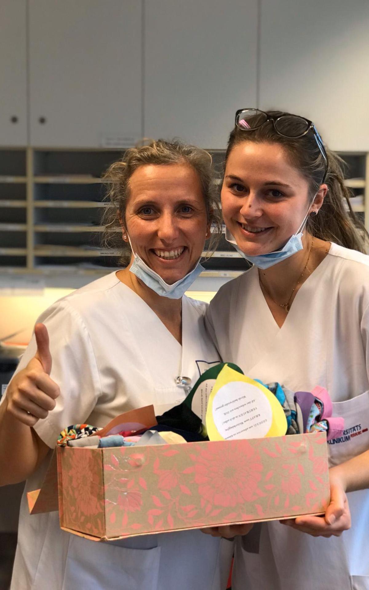 Übergabe der Mützen an die Kinderonkologie der Uni-Klinik in Freiburg