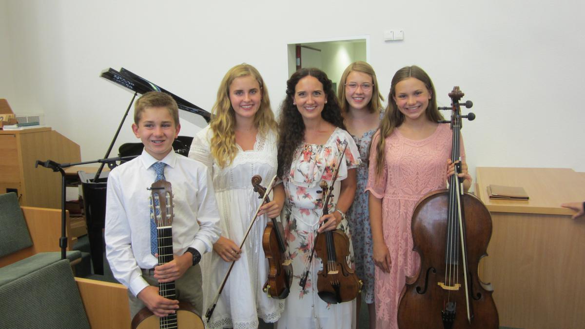 Die fünfköpfige Familie von links nach rechts: Matthew, Laura, Jenny, Hannah und Sarah