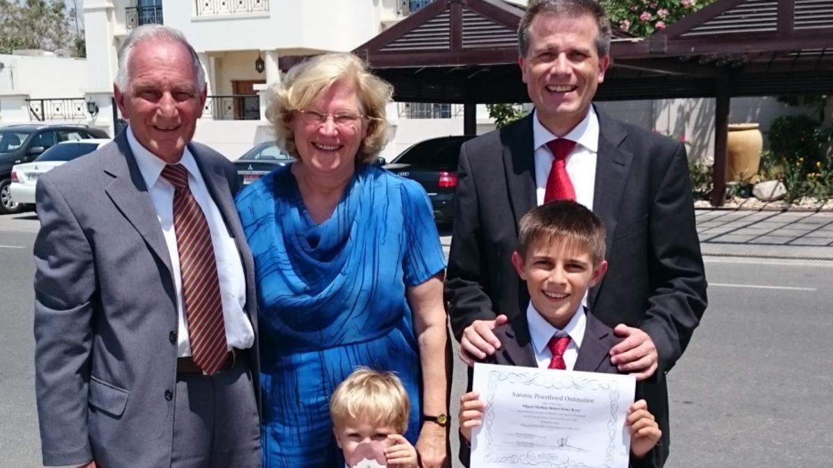 Miguel Ryser am Tag seiner Ordination zum Aaronischen Priestertum mit seinem Vater, seinen Grosseltern und seinem Bruder