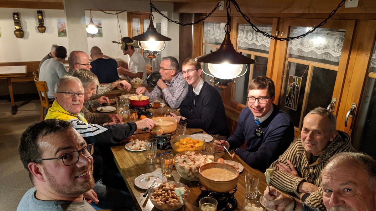 Das Ältestenkollegium St. Gallen beim Fondue-Essen