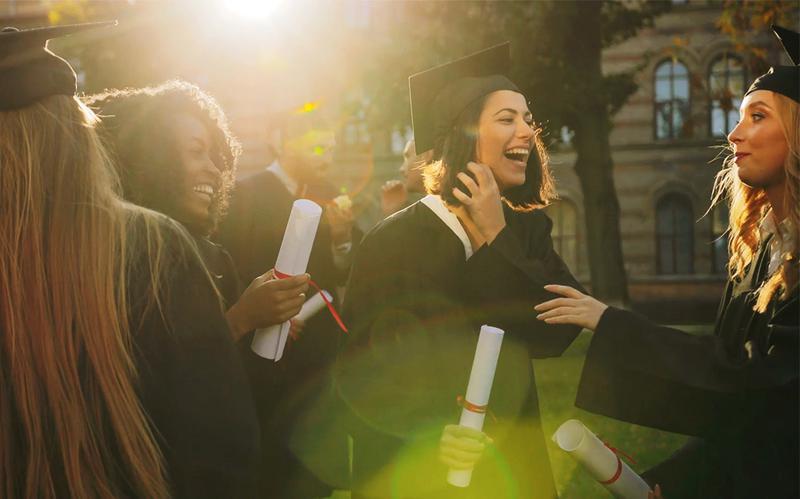 En grupp glada studenter som just tagit examen.