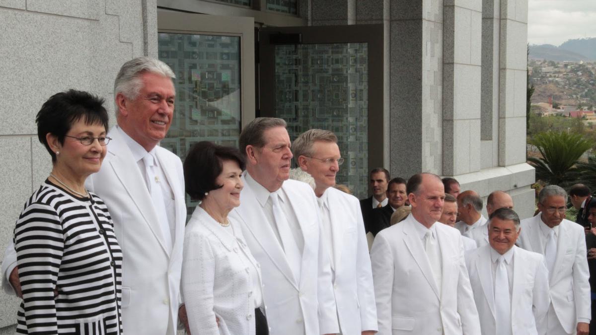 Miembros de la primera presidencia y el quórum de los doce apóstoles en el templo