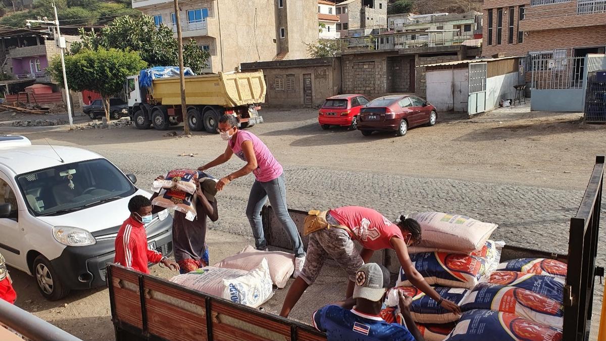 Dobrovoľníci pomáhajú nakladať jedlo a zásoby v meste Praia.