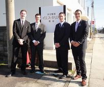 佐渡支部の前に立つ宣教師たち
