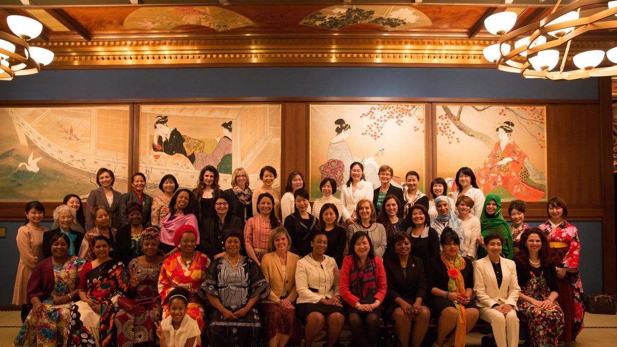 大使夫人を招いて、女性のための特別な昼食会が行われる