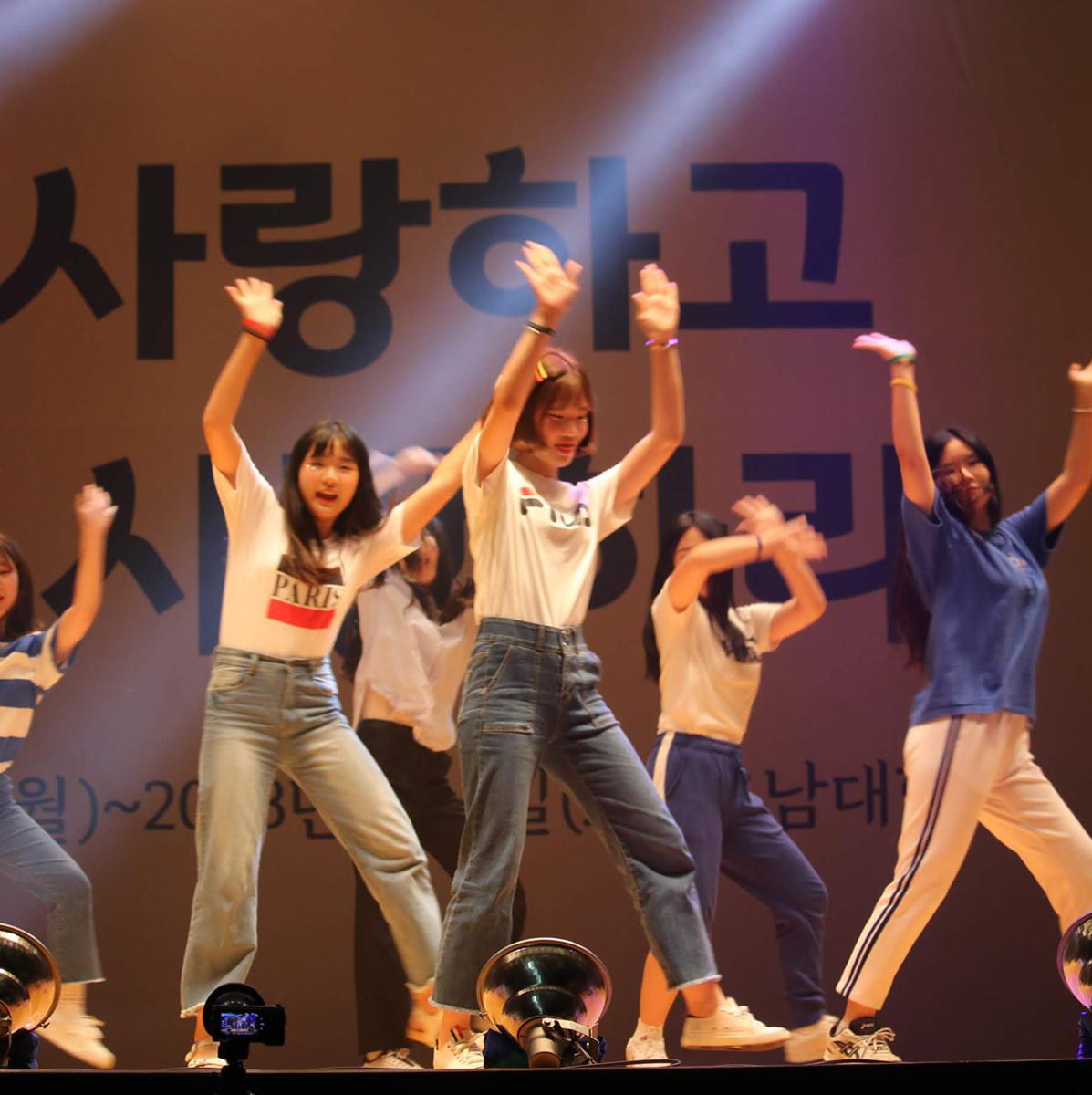 버라이어티 쇼에서 춤추는 참가자들 1