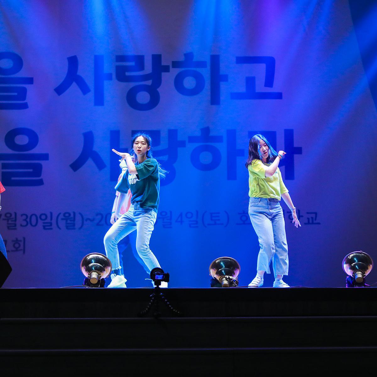 버라이어티 쇼에서 춤추는 참가자들 2