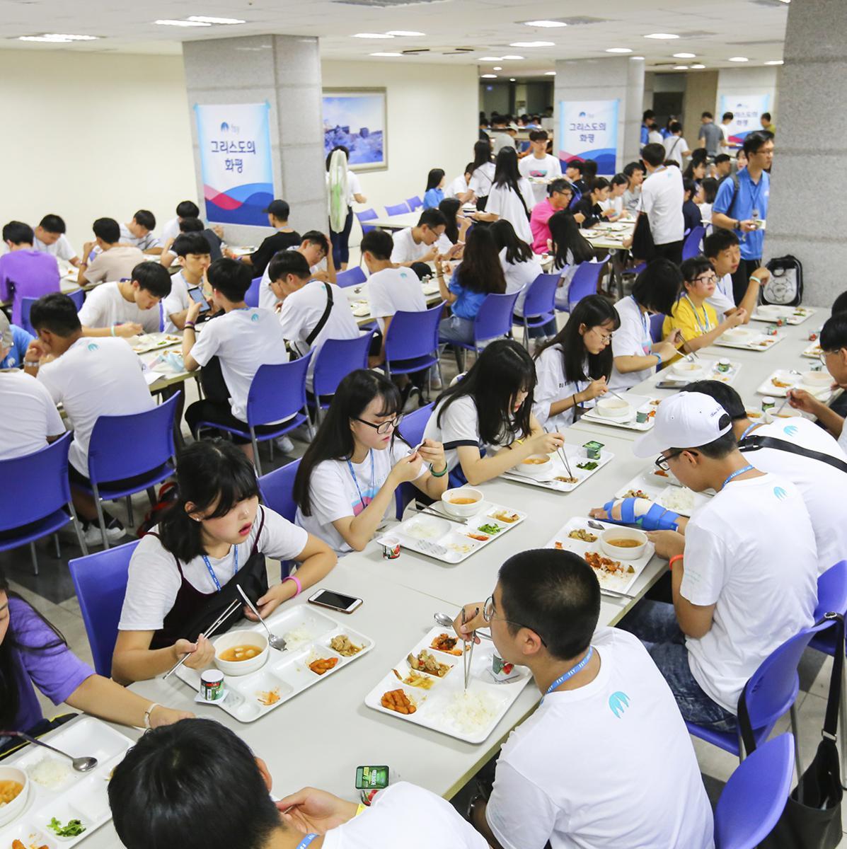 식당에서 식사 중인 참가자들