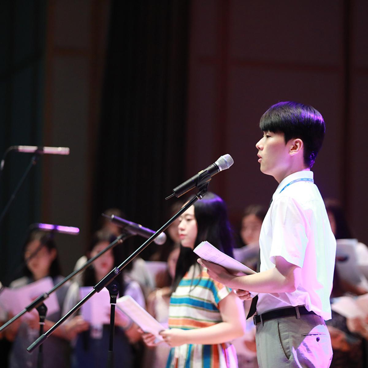 노래 부르고 있는 청남의 모습