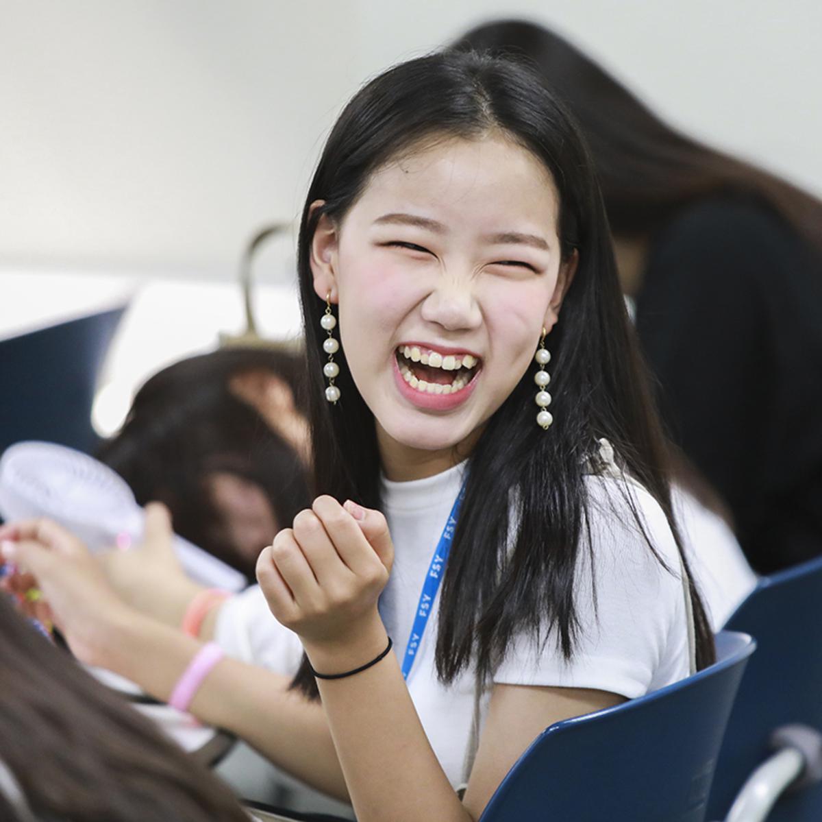 웃고 있는 청녀의 모습
