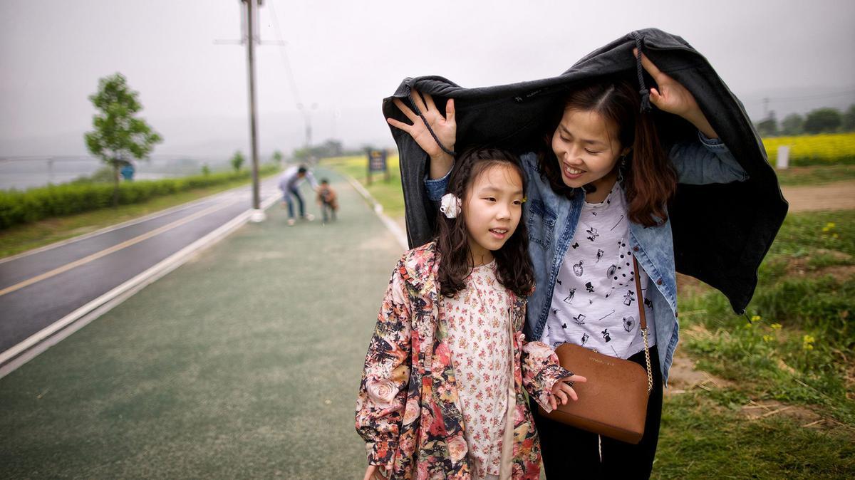 자켓을 덮고 있는 엄마와 딸의 모습