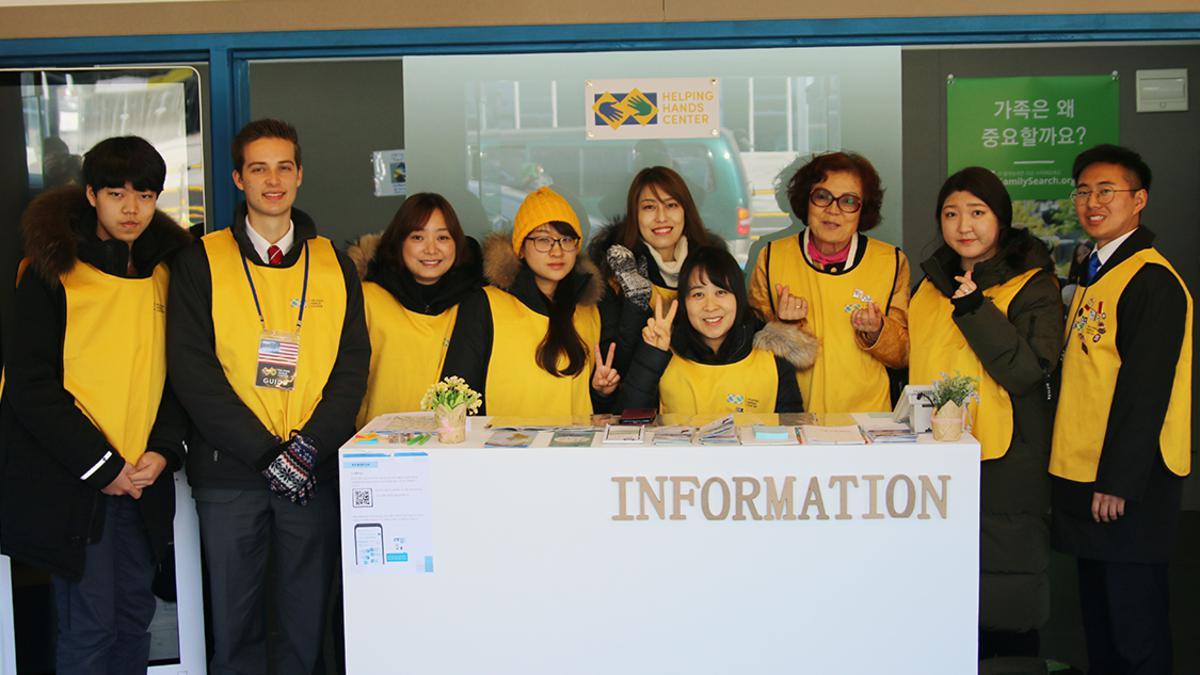 헬핑핸즈센터 자원봉사자들의 모습