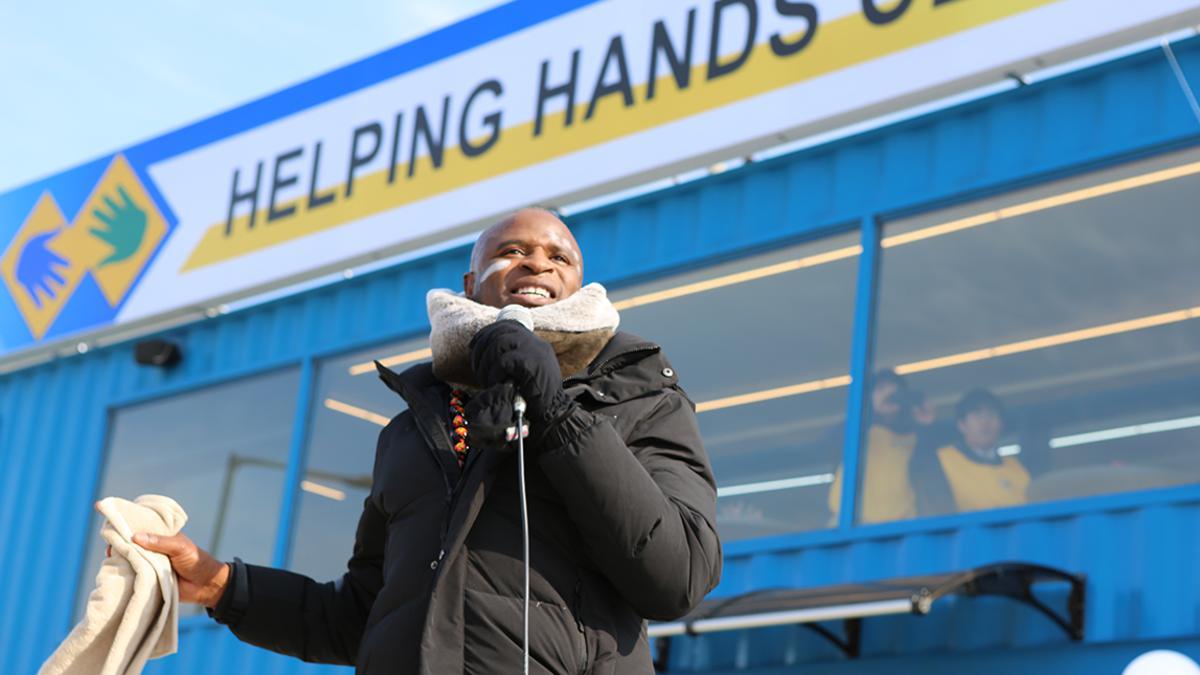 헬핑핸즈센터 앞에서 노래 부르는 알렉스 보예의 모습