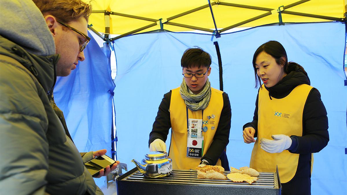 헬핑핸즈센터 지원봉사자들이 붕어빵을 굽고 있는 모습