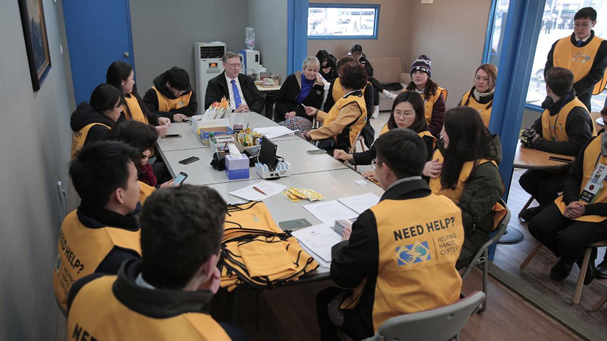 헬핑핸즈센터 자원봉사자들이 회의하는 모습