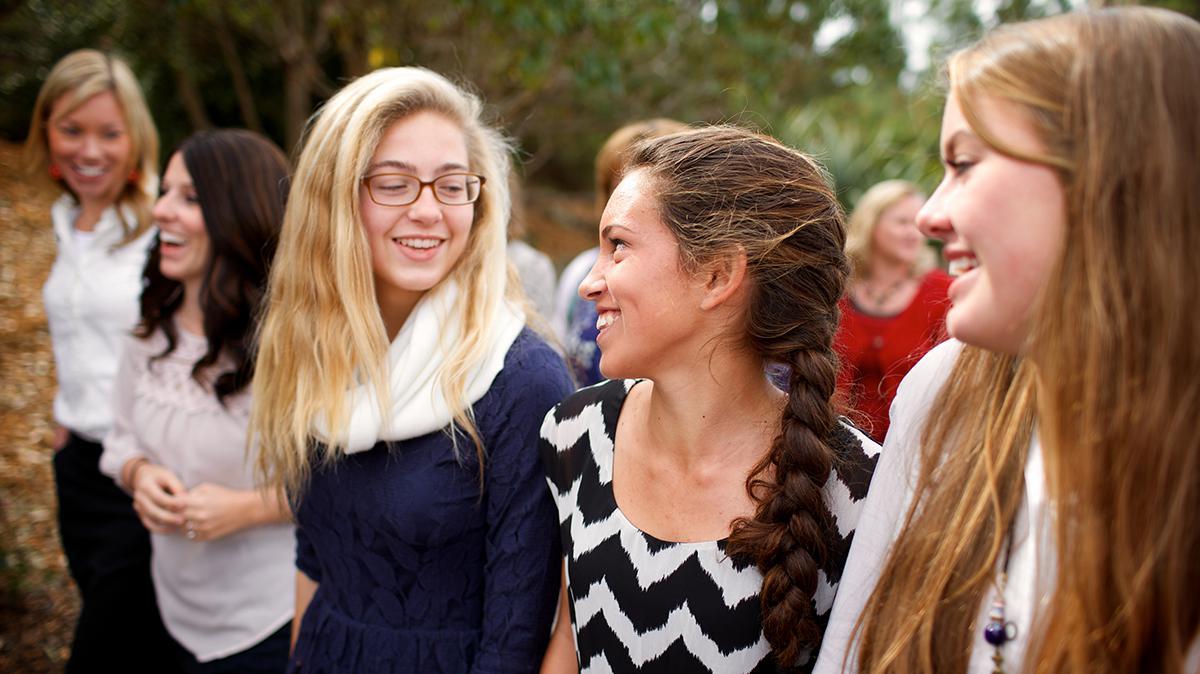 걸으면서 웃고있는 청녀들의 모습