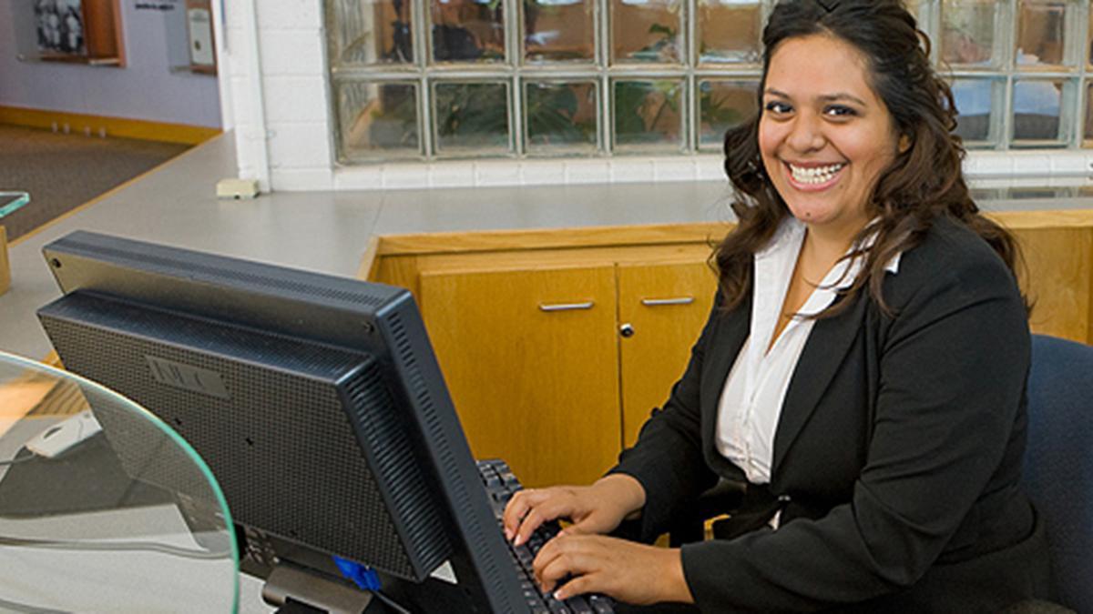 컴퓨터를 하고 있는 여자