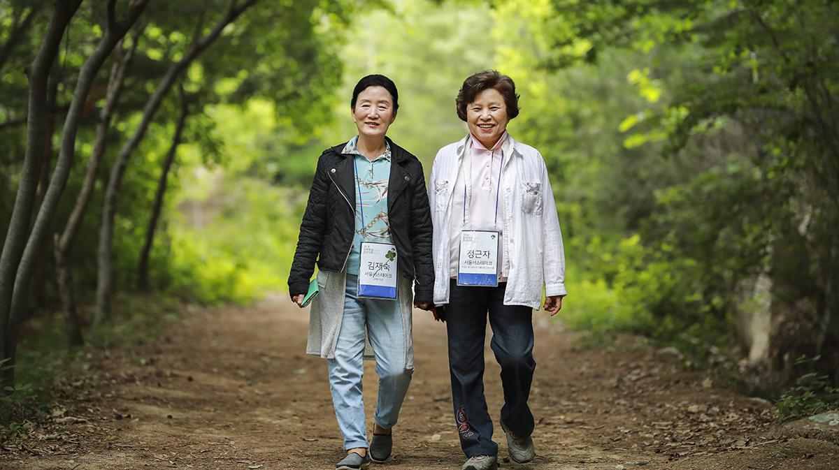 숲을 걷고 있는 두 자매님