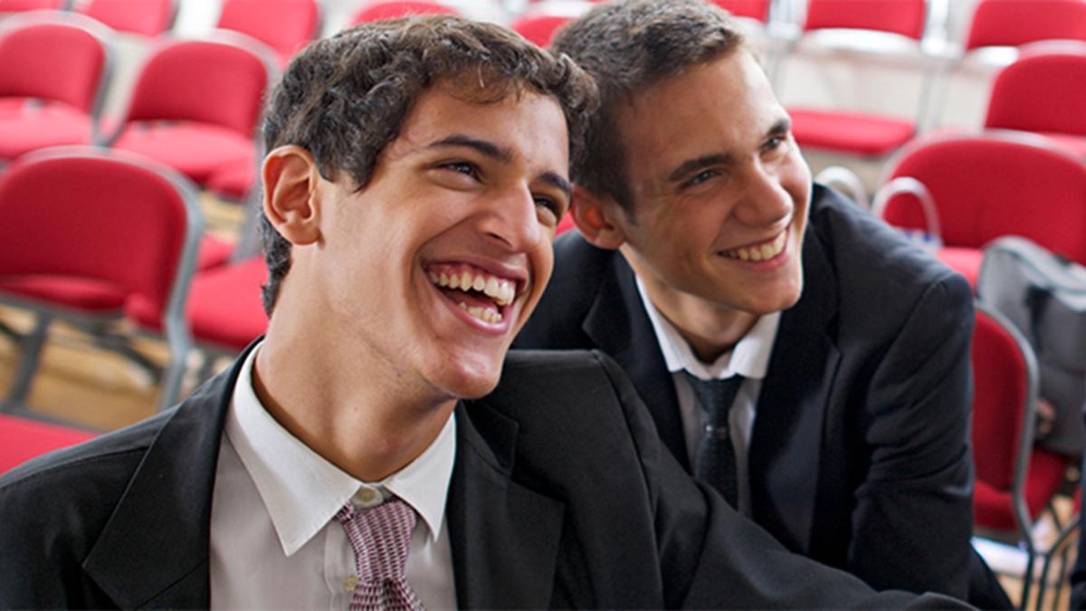 웃고있는 청년들