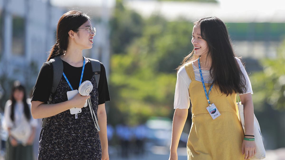 걸어가고 있는 두 자매의 모습