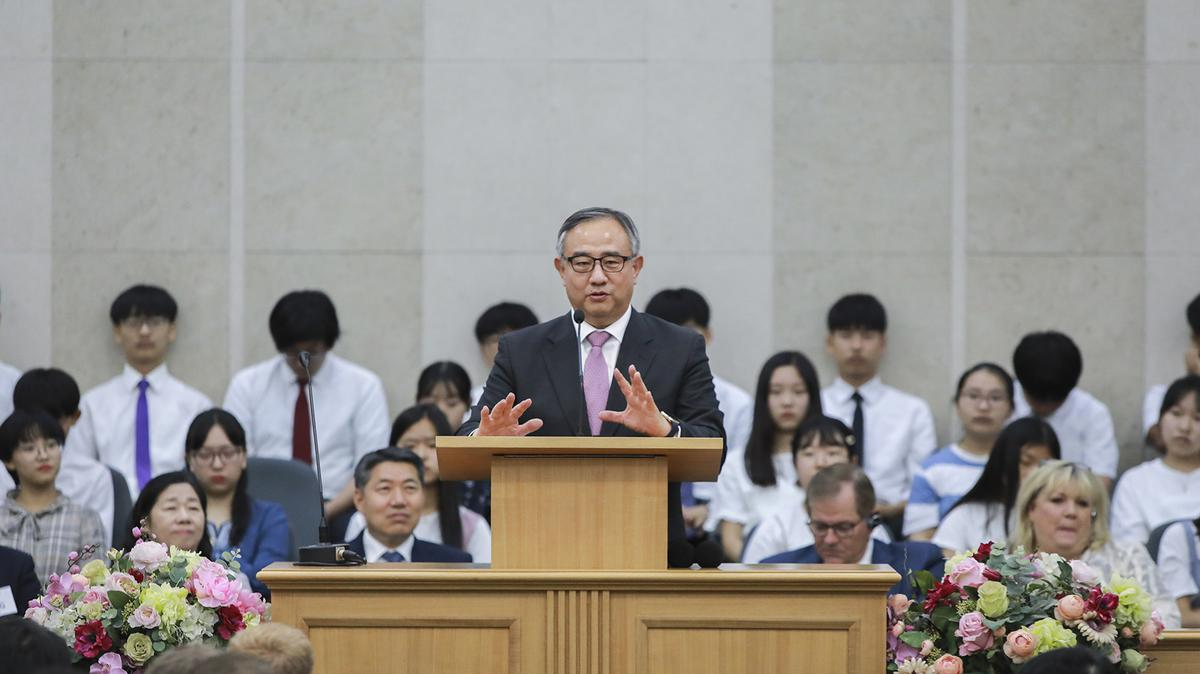 말씀 중인 최윤환 장로(북 아시아 지역 회장)