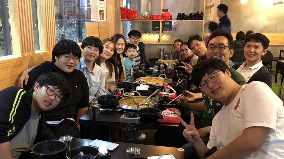 식당에 있는 청소년들
