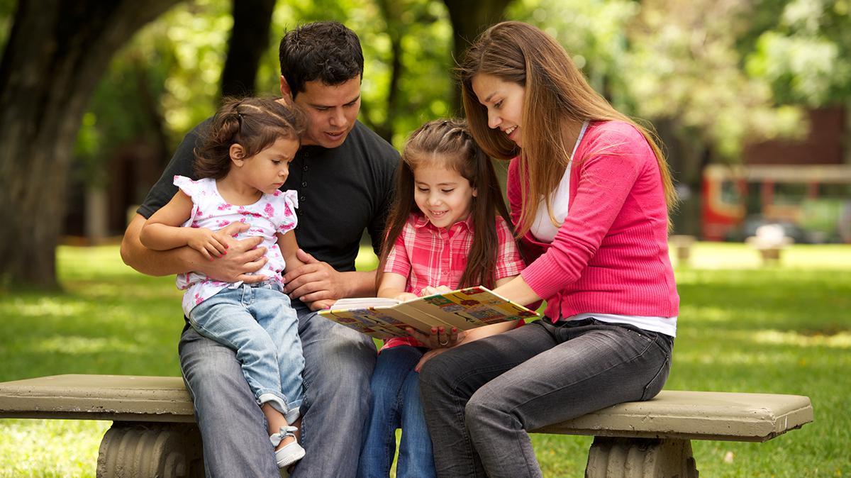 가족이 함께 책을 읽는 모습