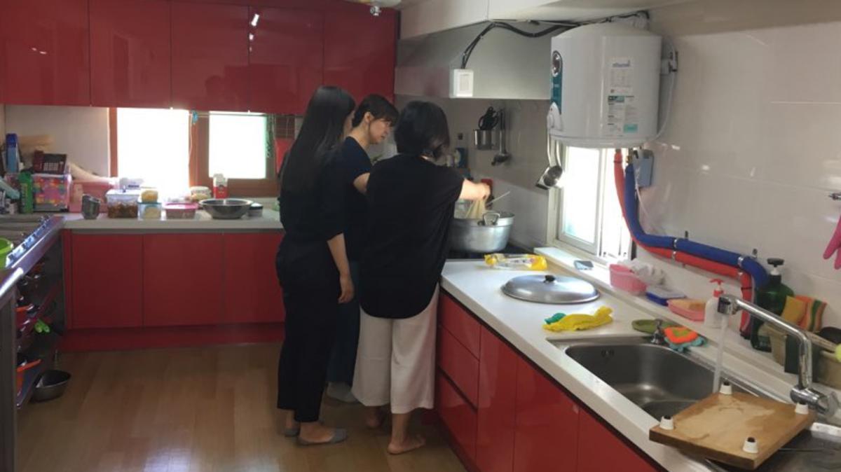요리하는 자매님들의 뒷모습