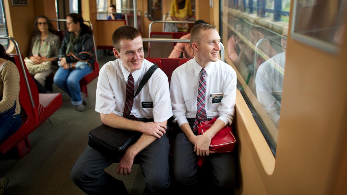 열차안에 앉아 있는 장로들