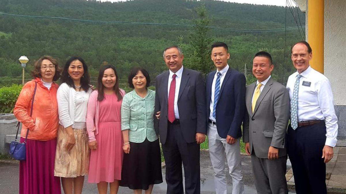 몽골 회원들과 함꼐 사진 찍은 최윤환 장로 내외