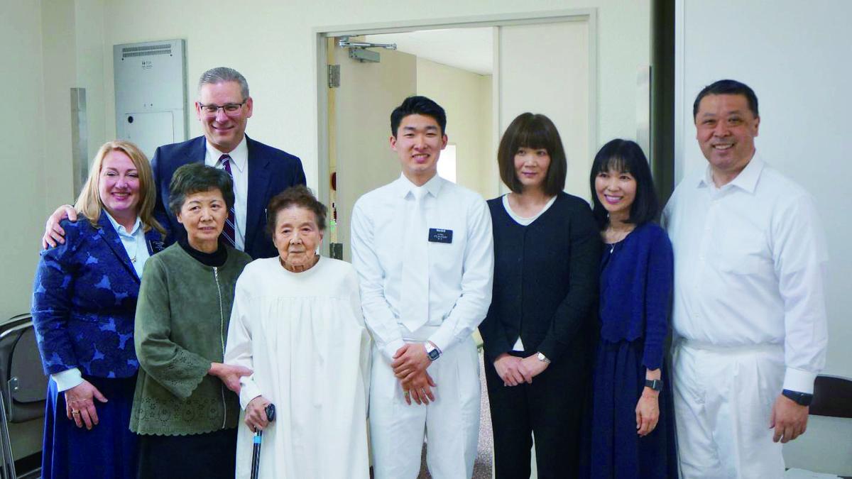 101세인 토키코 키타지마 자매의 침례식. 손자인 다카시 와다 장로의 도움을 받아 증손자인 타쿠토가 침례를 주었다.