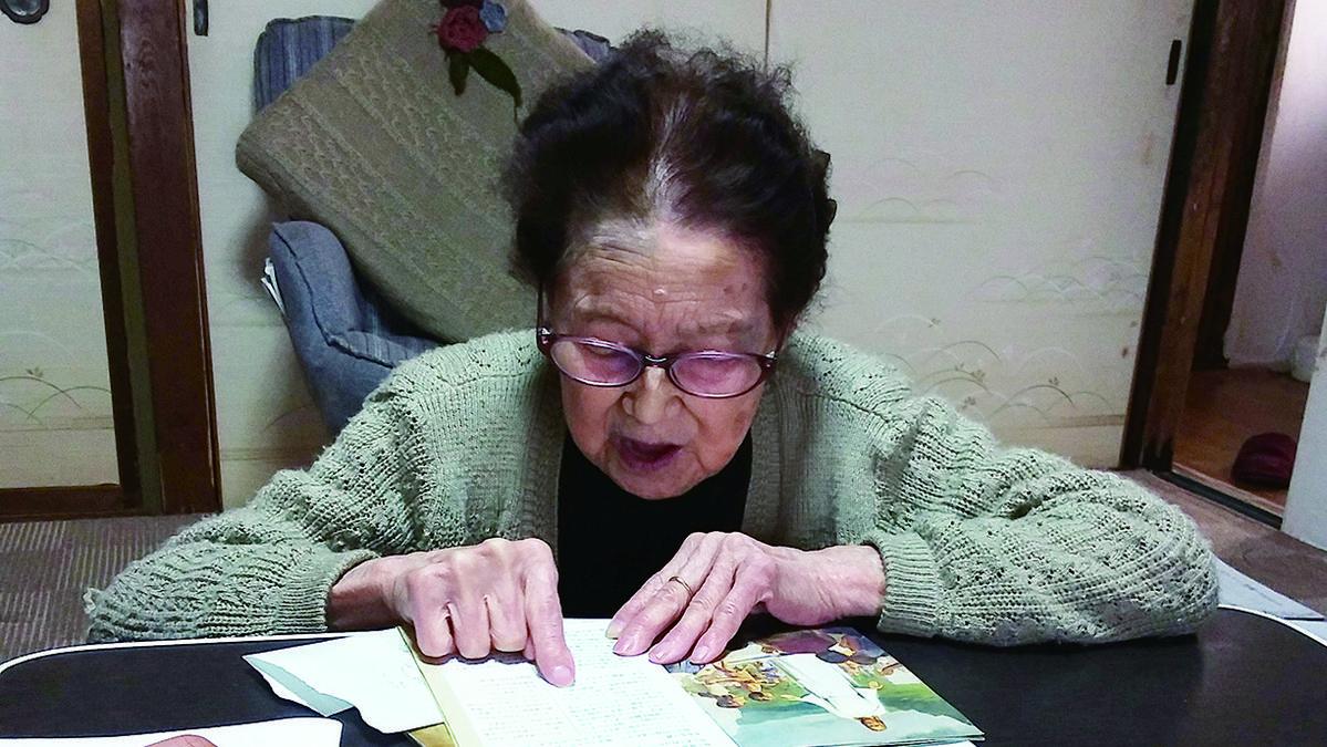 토키코 키타지마 자매는 들을 수 없기에 글자를 읽으며 복음을 배웠다
