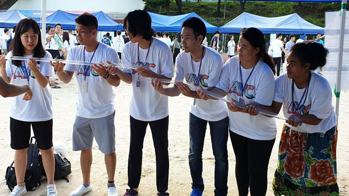 활동을 하고 있는 청년 대회 참가자들