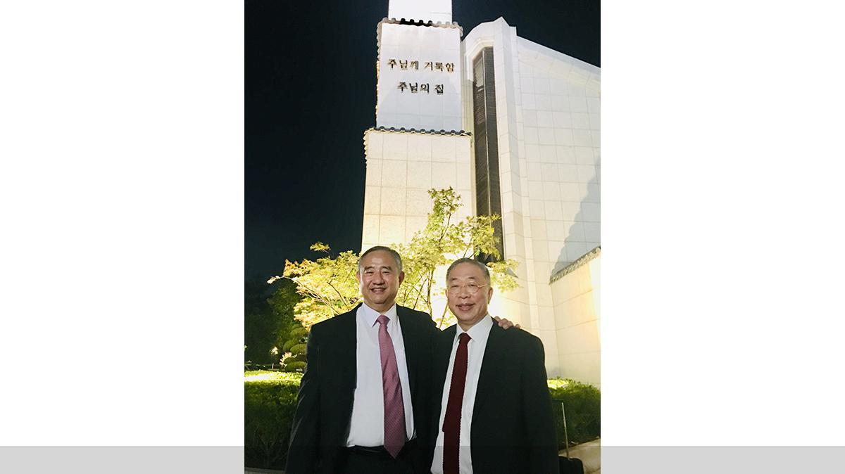 서울 성전에서 최윤환 장로와 함께 찍은 사진. 최 장로는 이마이 형제의 요청에 따라 이마이 형제의 조상들의 인봉 의식을 집행했다.