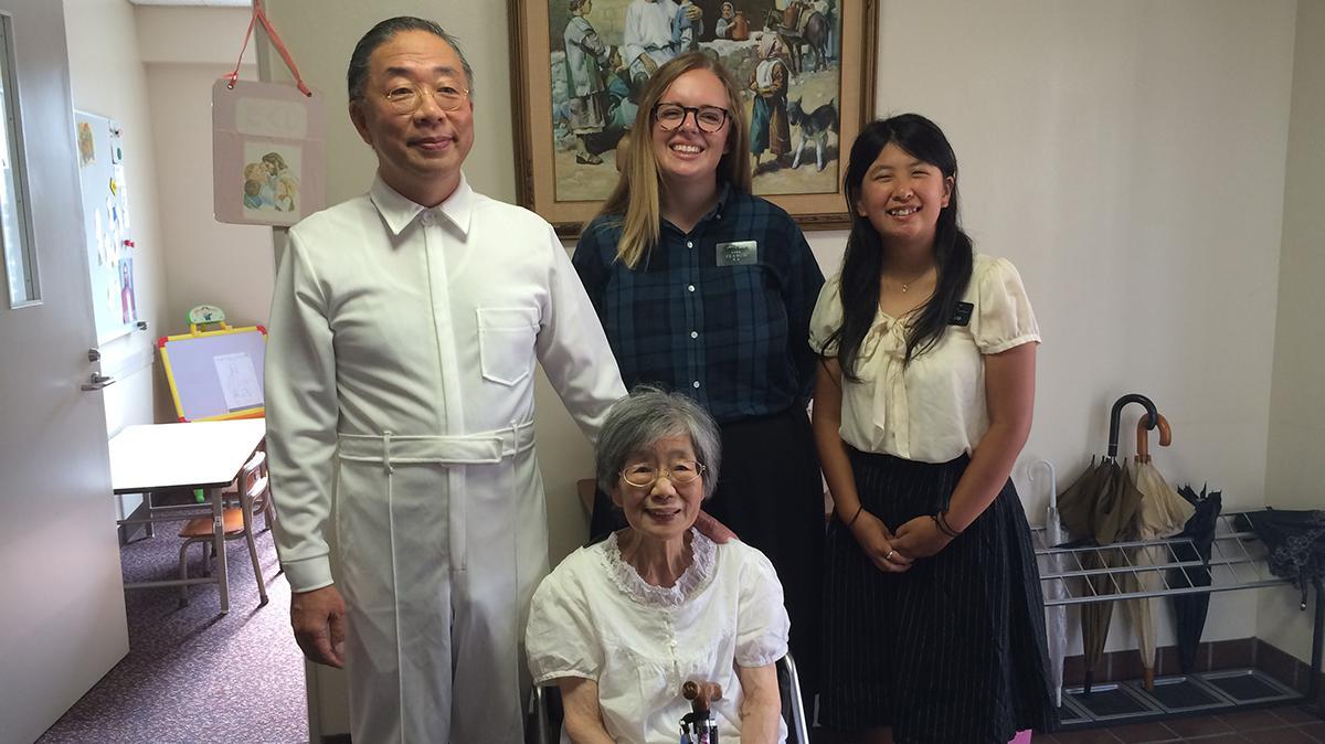 이마이 레이코 자매의 침례식. 왼쪽부터 이마이 형제, 어머니 레이코 자매, 자매 선교사들