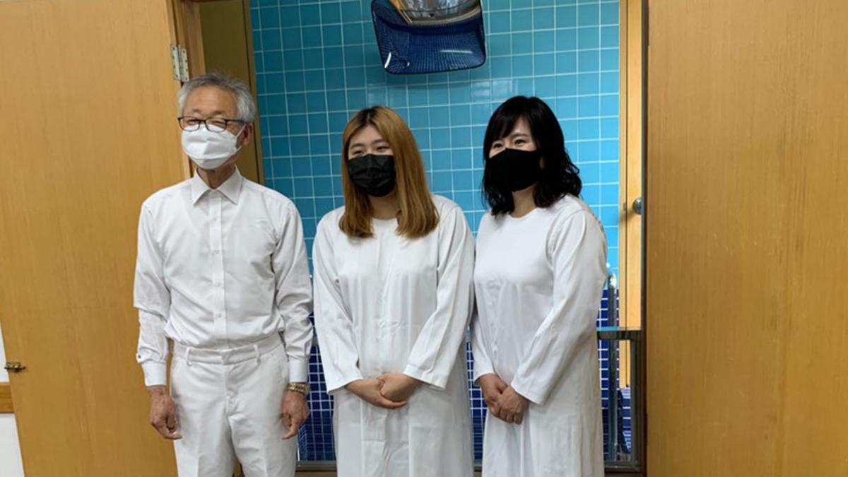 코로나19로 인해 마스크를 착용하고 진행하는 침례식