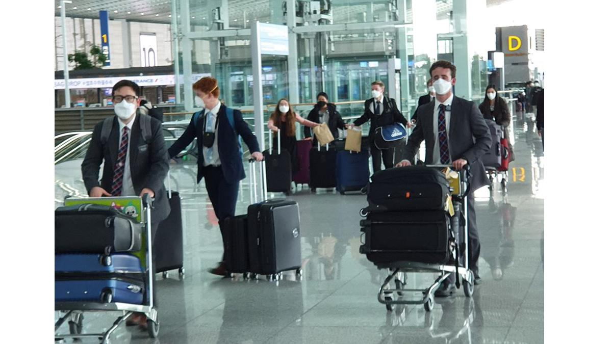 선교부에서 봉사하던 외국인 선교사들이 각자의 고국으로 돌아가기 위해 인천 공항에 들어서는 모습