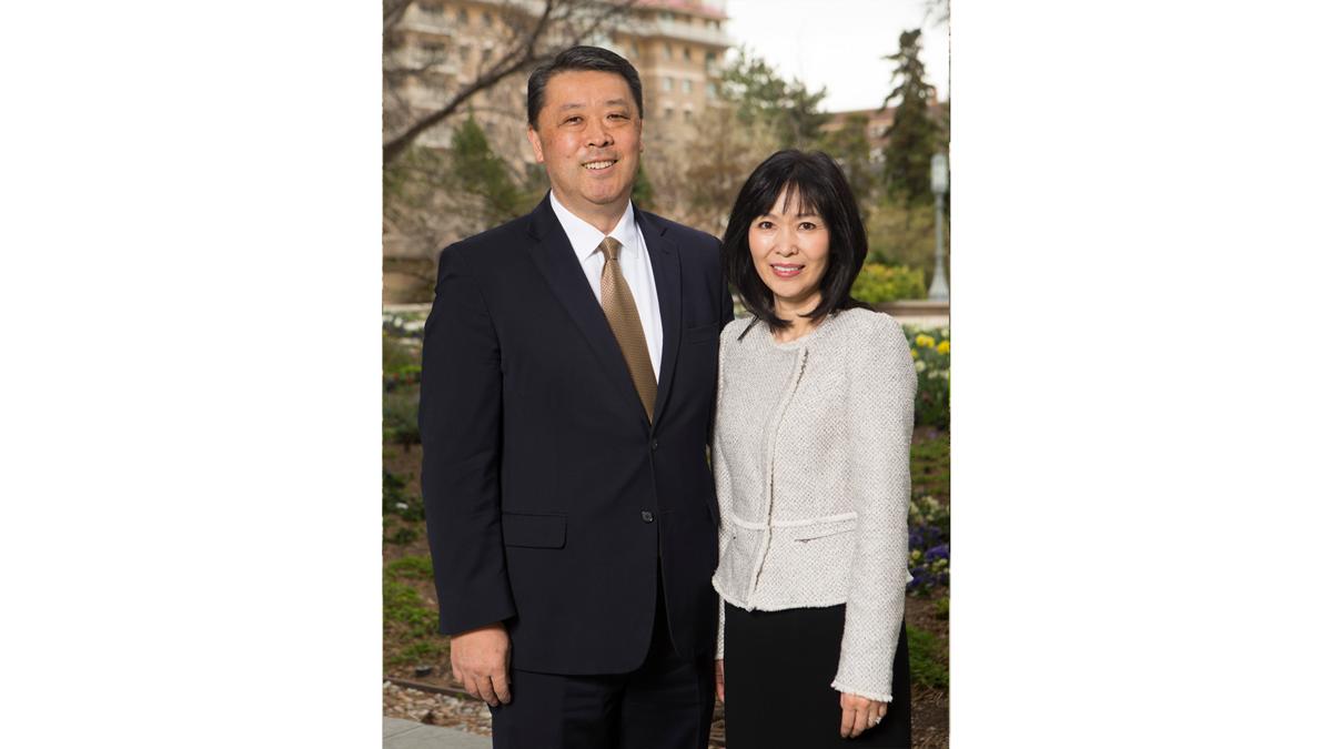 칠십인 총관리 역원 다카시 와다 장로와 그의 아내 나오미 우에노 와다 자매.