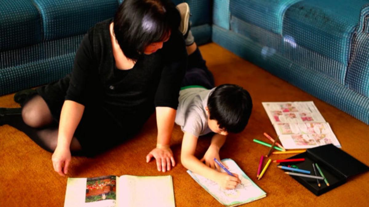엄마와 함께 그림을 그리고 있는 어린이