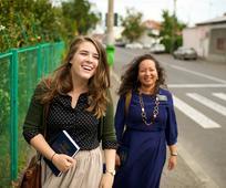 밝은 미소의 자매 선교사들