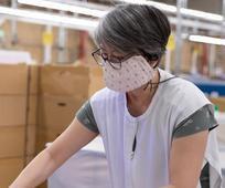 마스크를 쓰고 작업하는 여자