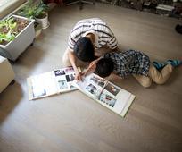 가족 앨범을 보고 있는 아버지와 아들