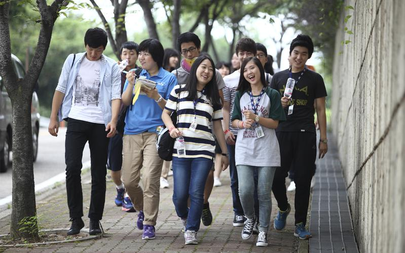 2011년 efy에 참석한 청소년이 걸어가는 모습