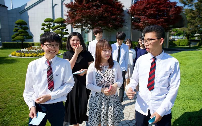 성전 앞에 모여 있는 청소년