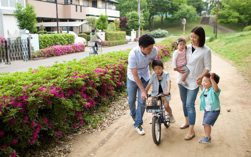 가족이 함께 자전거를 타는 모습