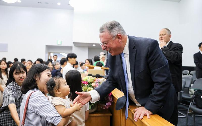 울리세스 소아레스 장로가 한국에서 성역을 베풀다