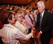 사도들이 모스크바의 침례 교회에서 에즈라 태프트 벤슨 회장이 한 역사적 말씀을 되새기다