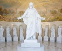 Trece estatuas de mármol representando a Cristo y Sus 12 apóstoles y embelleciendo el Centro de Visitantes para el Templo de Roma de la Iglesia de Jesucristo de los Santos de los Últimos Días.