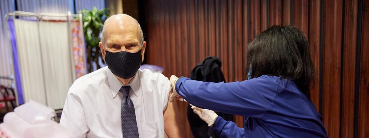 Prezidents Nelsons saņem pirmo COVID-19 vakcīnas devu