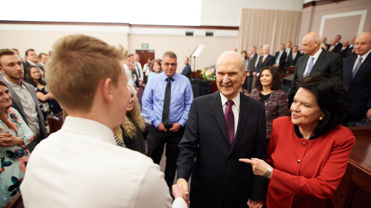 Prezidents Nelsons un viņa sieva Vendija uzstājas Lasvegasā, piedaloties jauniešu svētbrīdī